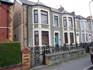 Pretty vintage-style 2 bedroom apartment - sleeps 4. Town centre but quiet