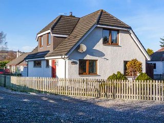 DRUMMOND COTTAGE, spacious cottage, woodburner, garden, in Grantown-on-Spey, Ref 925409