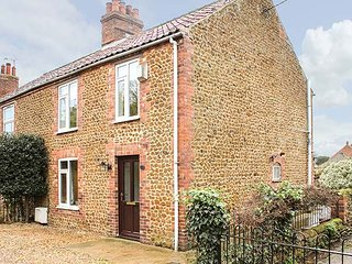 11 THE DRIFT, central location, woodburner, patio with BBQ, in Heacham, ref 9341