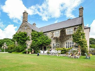 TALHENBONT HALL, stunning Grade II listed manor house, beautiful gardens, pet-friendly, in Talhenbont Hall Country Estate, Ref 936824, Llanystumdwy
