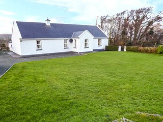 AT THE CROSSROADS detached cottage, well-equipped, en-suite, open plan, WiFi, Louisburgh, Ref 940467
