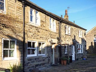 FRANCE FOLD COTTAGE, Grade II listed, cosy romantic retreat, in Honley, Holmfirth, Ref 951680