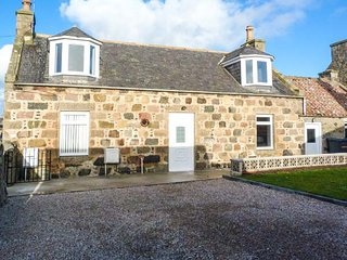 COASTAL COTTAGE, coastal, ground floor bathroom, WiFi, in St. Combs near Fraserburgh, Ref 951822
