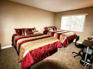 7 mins from Las Vegas Strip & Convention Center / Sleeps 9
