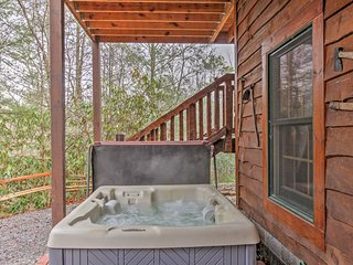NEW! 3BR Gatlinburg Cabin w/ Hot Tub!, Sevierville