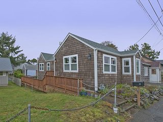 Cozy & affordable 2 bedroom beach cottage in the heart of Seaside, Oregon!