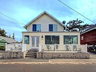 Large home in Seaside w/ sleeping for 12 less than a block from the beach!
