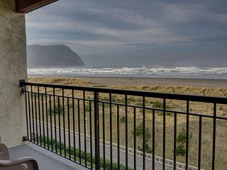 Enjoy this relaxing oceanfront condo right on the Prom in Seaside, Oregon!