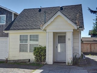 Cozy pet friendly cottage w/ easy beach access perfect for a couples retreat!, Seaside