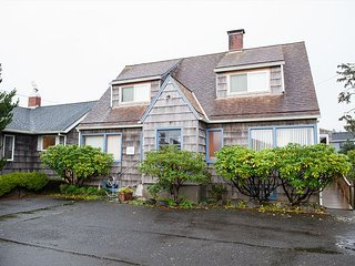 Large home in the heart of Seaside sleeping 10 w/ handicap accessibility!