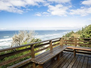 Enjoy the sweeping ocean views in Arch Cape while relaxing in a hot tub!