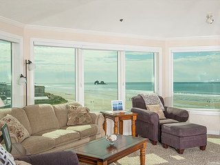 Oceanfront gem with room for up to 6 guests in Rockaway Beach for family fun!