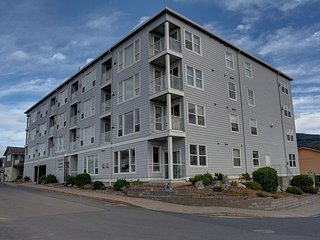 The perfect condo for a coastal getaway! Only one short block to the beach!, Rockaway Beach