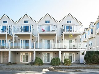 A beautiful townhouse centrally located in Rockaway Beach steps to the beach!