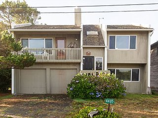 Cozy family home less than a block from secluded beaches in the village!, Neskowin