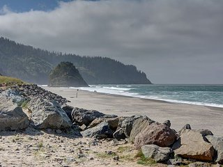 Affordable condo w/ sleeping for 4 less than a block away from the waves!, Neskowin