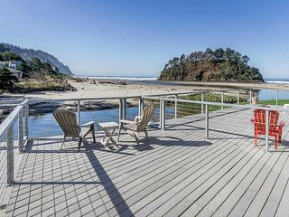 "Amazing Proposal Rock - Relax and enjoy the ""Amazing"" oceanfront views!, Neskowin"