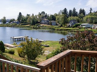 Lake Point Hideaway - Lake front! Bring you boat and enjoy the private dock.