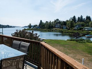 Lake Point Hideaway - Lake front! Bring your boat and enjoy the private dock.