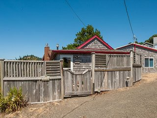Birds Eye Beach House in Road's End- Experience this Cottage with Ocean View!