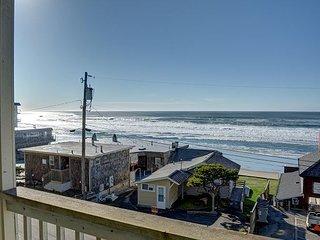 Cute beach condo in the heart of Lincoln City with beach access and a pool!