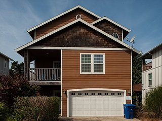 The perfect Lincoln City home for 10 located 3 short blocks from the beach!