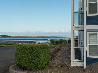 Experience this affordable bay front condo near the sand in Lincoln City!