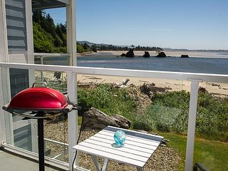 Beautiful luxury bay view condo steps to the sand in Lincoln City!