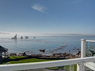 Experience this top floor condo located right on Siletz Bay in Lincoln City!