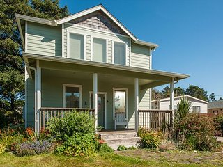 Beautiful Gleneden beach house with room for 12 guests & easy beach access!