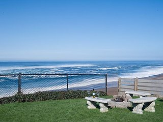 Beautifully decorated oceanfront dream with a hot tub in Gleneden Beach!