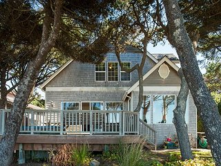 Beautiful oceanfront home in Depoe Bay w/ hot tub & direct beach access!