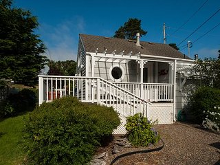 Cute & cozy honeymoon cottage perfect for two guests in Depoe Bay, Oregon!