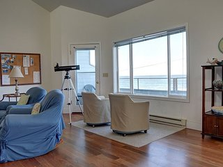 Oceanfront condo overlooking Depoe Bay with sleeping for up to 8 guests!