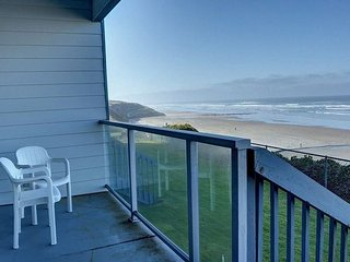 Oceanfront condo for two in Newports Nye district, moments from the sands!