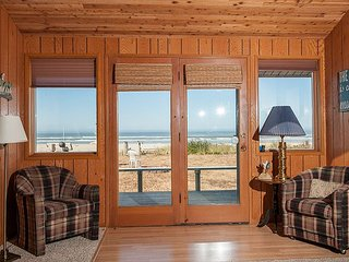 Beautiful pet friendly oceanfront home with private beach access in Waldport!