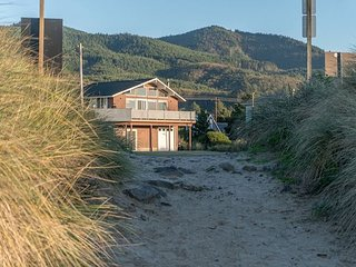 Great ocean views with direct beach access and a fire-pit to enjoy the sunset, Rockaway Beach