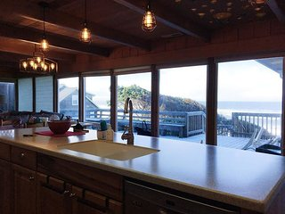 Bella Beach House-Ocean View,Hot Tub,Lg Deck,3BR, Depoe Bay