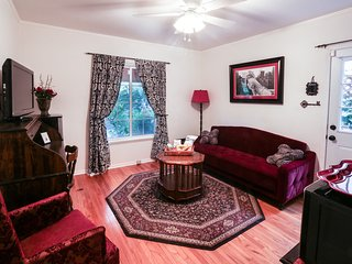 Gorgeous Bungalow Sleeps 6 Walk to Universal Studios and Harry Potter Hollywood!