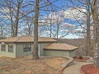 'The Getaway' - Branson West Condo w/ Amenities!