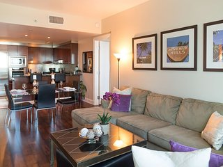 2Bd-High-Rise Suite on THE STRIP!!!