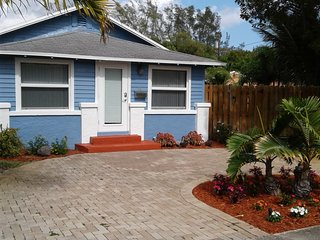 Updated Dania Beach Bungalow (convenience..convenience..) nearby amenities