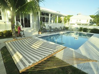 Villa Constanza - Luxurious Waterfront Villa with Heated Saltwater Pool, Miami Beach