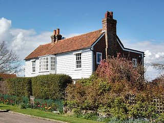 CORDWAINERS, detached spacious property, enclosed garden, lovely views in Winchelsea, Ref 947807
