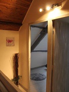 Le palier desservant les deux chambres.