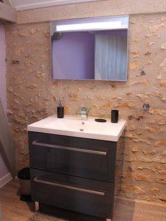 Salle de douche entièrement neuve et tout confort.