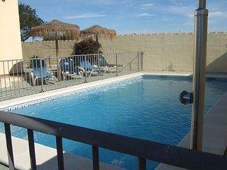 Alquiler de Chalet en chiclana con piscina vallada, barbacoa e Internet wifi