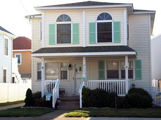 Beachy 3 Br Entire 2nd Floor of House, 3 Blocks to Beach, Central Air, Wifi, Wildwood Crest