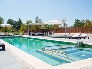 Brand new villa, pool, jacuzzi, BBQ, 5 mins to San Antonio