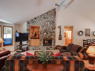 Spacious single-level home w/ private hot tub, 2 master suites, 10 SHARC passes!
